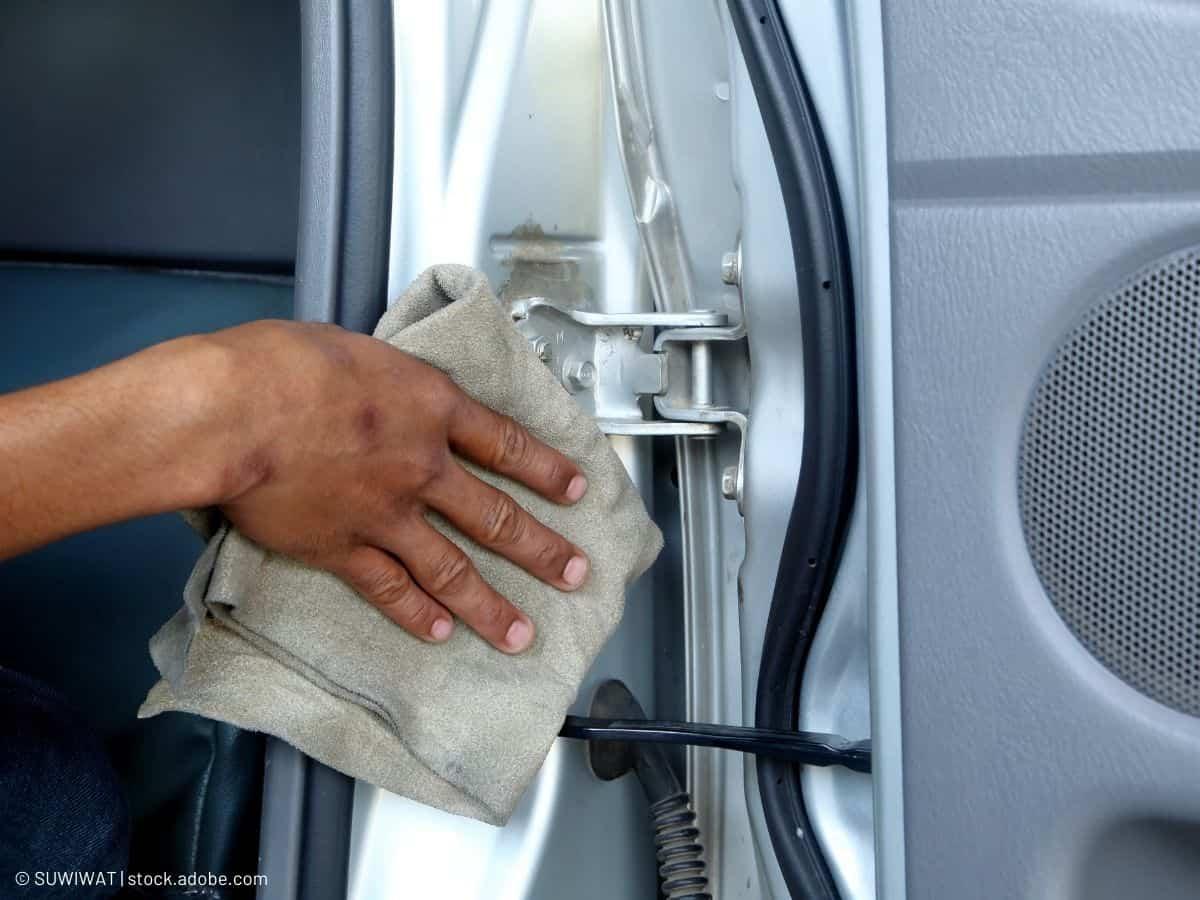 nettoyer charnières portière voiture